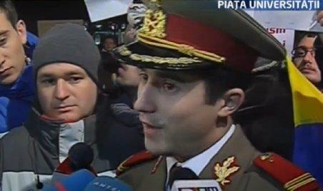 Protest în uniforma militară, în Piaţa Universităţii: Acum sunt liber spiritual, vedem mâine dacă mai sunt liber şi fizic