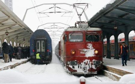 Şi CFR funcţionează în condiţii de iarnă. Vezi ce trenuri au fost anulate din cauza ninsorii