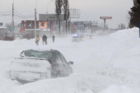 Emil Boc anunţă bilanţul oficial al viscolului şi ninsorilor: Peste o mie de maşini, blocate în zăpadă
