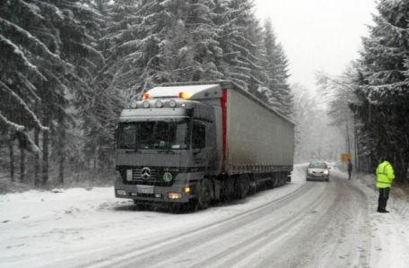 CNADNR: 12 drumuri naţionale sunt închise din cauza viscolului şi precipitaţiilor