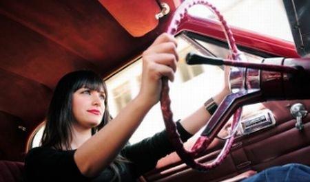 Pericol la volan. O tânără de 23 de ani, prinsă cu 180 km/h în localitate