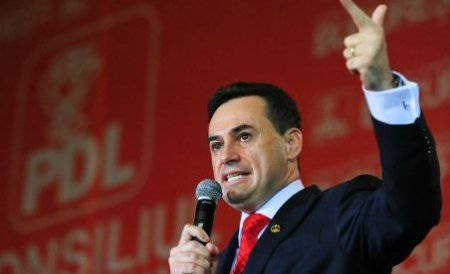 Primarul Gheorghe Falcă, huiduit de manifestanţi pe stradă la Arad
