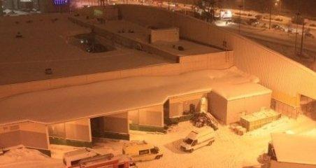 Craiova: Persoane blocate în hala unui complex comercial, după ce acoperişul a cedat sub zăpadă