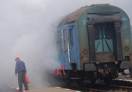 Locomotiva trenului personal Calafat-Craiova a luat foc. Zeci de oameni au fost blocaţi pe câmp