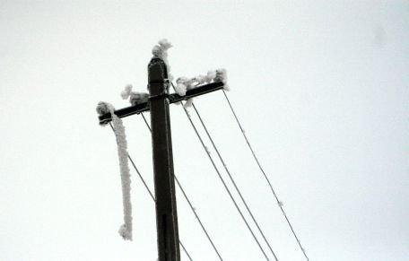 Peste 2.000 de locuitori din judeţul Prahova, fără energie electrică din cauza cablurilor rupte