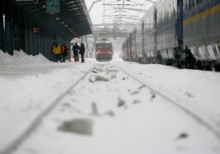 Trei linii de cale ferată închise şi 43 de trenuri anulate, din cauza vremii nefavorabile
