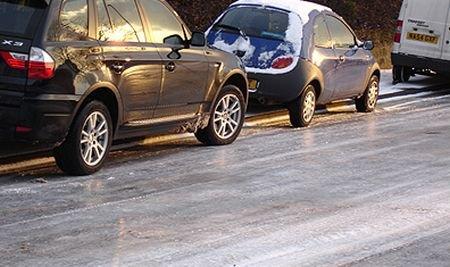 Lăsaţi-vă maşinile acasă! Drumurile din Bucureşti s-au transformat în patinoare