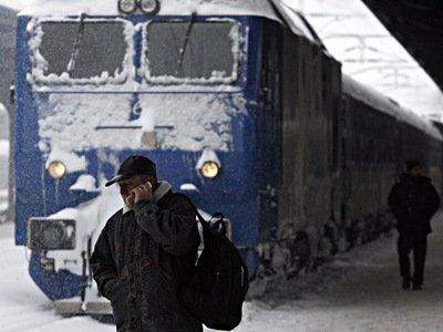 Traficul feroviar, dat peste cap de viscol şi ninsoare: Peste 180 de trenuri anulate şi cinci linii închise