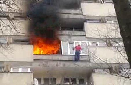 Un clujean a rămas suspendat în afara balconului din cauza incendiului din apartament