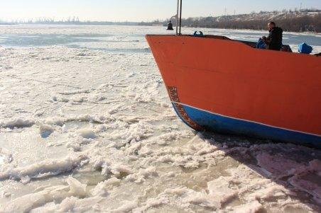 Peste 100 de nave au rămas blocate pe Dunăre din cauza stratului gros de gheaţă
