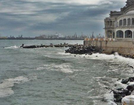 Plaja dintre Eforie Nord şi Eforie Sud, scufundată sub valurile tumuloase ale mării
