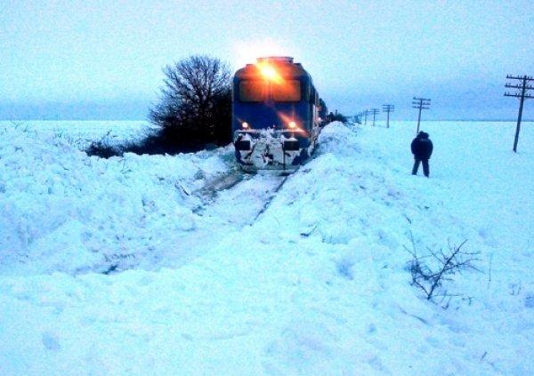 """""""Trenul e îngheţat... nu mai avem nicio soluţie"""". 700 de oameni, blocaţi de 30 de ore într-un tren ce venea de la Galaţi în Capitală"""