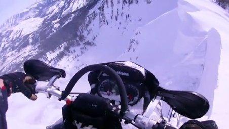 A fost la câţiva centimetri de tragedie: Un american a păcălit moartea pe snowmobil, apoi s-a lovit de un ciot de brad