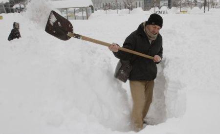 Peste 300 de localităţi din ţară, izolate din cauza zăpezii şi a gerului
