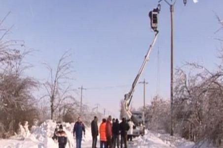Viscolul şi ninsoarea i-a lăsat în beznă: Sute de oameni suferă de pe urma lipsei de energie electrică