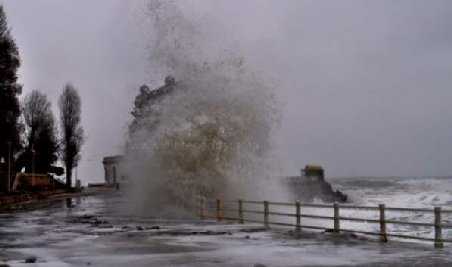 """Furtună pe litoral. Valuri de 12 metri, nave """"îmbrăcate"""" în gheaţă şi diguri rupte"""