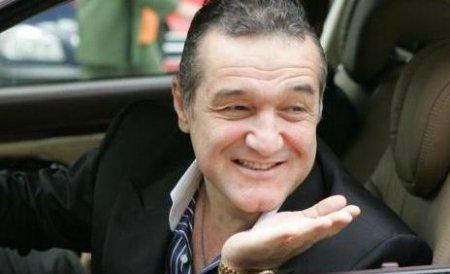 Gigi Becali a sărbătorit starea bună a gazonului de pe Arena Naţională împărţind bani