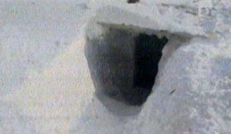 Peisaj sumbru în Ialomiţa: Tuneluri săpate în troiene şi hornuri care răsar stinghere dintre zăpezi