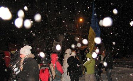 """Proteste în Suceava la minus 15 grade Celsius: """"Iarna nu-i ca vara, pe Băsescu nu-l vrea ţara!"""""""