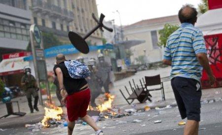 Proteste violente la Atena. Mii de greci sunt nemulţumiţi de noul set de măsuri de austeritate