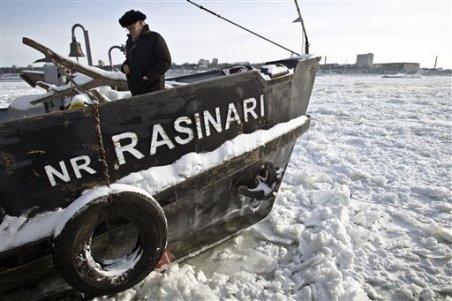 Liniile de bac între Bulgaria şi România, suspendate după îngheţarea completă a Dunării