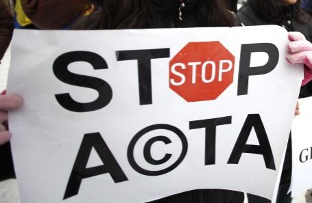Peste 300 de persoane protestează la Piaţa Universităţii contra ACTA