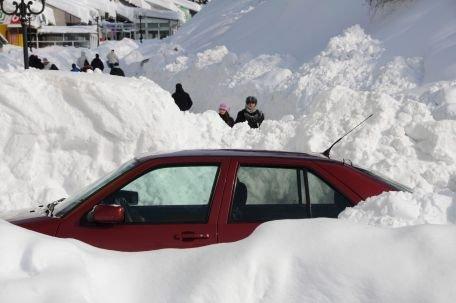 Premierul din Muntenegru a ieşit să dea zăpada din faţa Guvernului cu lopata