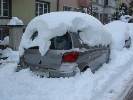 Primăria sectorului 2 scoate maşinile din zăpadă printr-o procedură specială