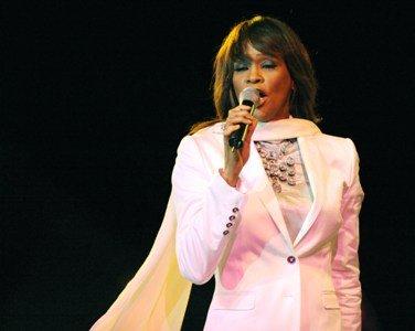 Whitney Houston a murit. Legendara cântăreaţă a fost găsită moartă în camera de hotel