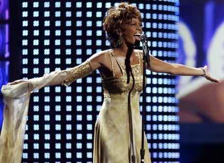 Whitney Houston, o artistă de succes cu o viaţă personală foarte agitată