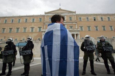 Zeci de mii de manifestanţi în centrul Atenei, înainte de votul pentru adoptarea măsurilor de austeritate