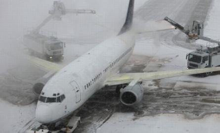 Avionul groazei de la Craiova. Pasagerii s-au panicat şi au sărit din aeronavă, susţine o pasageră