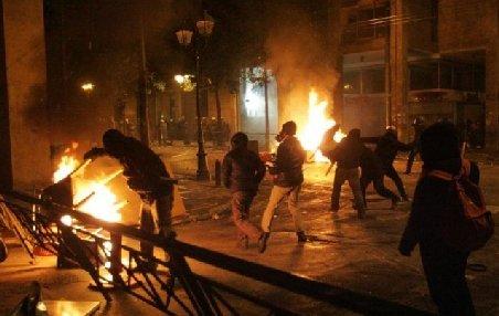 Bilanţul protestelor de la Atena: Peste 54 de răniţi, 45 de clădiri avariate şi 67 de persoane arestate