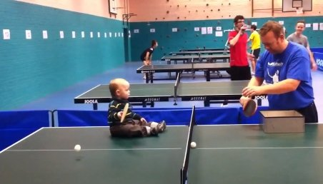 Campion în scutece! Cel mai tânăr jucător de ping-pong se bate cot la cot cu un adult