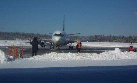 Craiova: Un avion cu 48 de călători a derapat pe zăpadă şi a ieşit în afara pistei