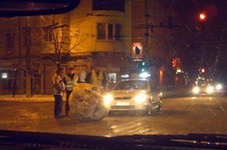 """Intersecţie """"decorată"""" cu un bulgăre de zăpadă imens într-un oraş din centrul Bulgariei"""