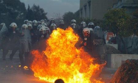 Măsura care a scăpat Grecia de ieşirea din UE i-a nemulţumit pe eleni. Atena, devastată de protestatari