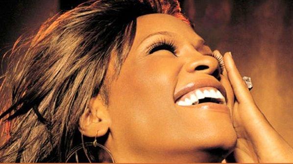 "ŞOCANT! Whitney Houston era moartă la etaj, ""prietenii"" dansau, beau şi se distrau la parter"