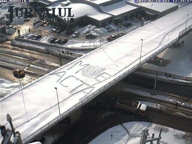 Mesajul pe care protestatarii anti-ACTA l-au scris pe podul Pipera, închis din cauza zăpezilor