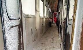 Mii de oameni au dormit în gări. 349 de trenuri au fost anulate, restul au avut întârzieri de zeci de minute