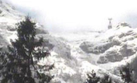 Nici munţii nu mai suportă zăpada! Avalanşele au format uriaşe bariere de nămeţi