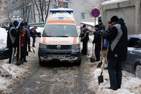 Scandalos: O ambulanţă a parcurs 5 km prin zăpadă pentru a răspunde unei solicitări false, în Vaslui