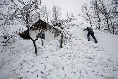 Stare de alertă pentru o a patra localitate din Buzău: Aproape 1.000 de oameni, izolaţi de nămeţi până în cinci metri înălţime
