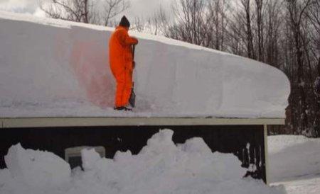 Urmările ninsorilor necontenite: Mai multe acoperişuri au cedat deja sub tonele de nămeţi
