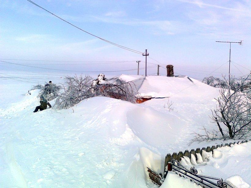 Singuri cu Dumnezeu. Oamenii strigă de sub tonele de zăpadă. 11 localităţi, în beznă totală, 4 DN sunt închise
