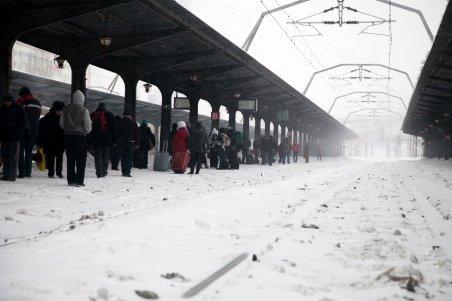 Traficul feroviar, dat peste cap de nămeţi: Cinci linii de cale ferată închise şi 197 de trenuri anulate