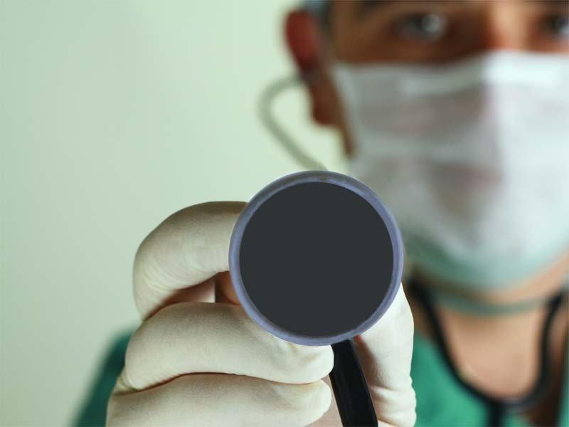 Exodul halatelor albe lasă sistemul sanitar din România în moarte clinică. Medicii din ţară aleg să profeseze peste hotare