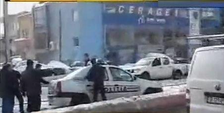 O maşină de poliţie a încurcat circulaţia pe Calea Rahovei. Autoturismul a intrat pe contrasens şi a rămas înzăpezit