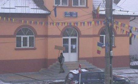 Un ADEVĂRAT EXEMPLU. Protestatarul singuratic de la Baia de Aries, voluntar la deszăpezire în Buzău