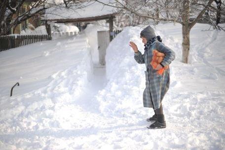 O femeie de 81 de ani a murit înecată după ce a alunecat pe zăpadă şi a căzut în fântâna din curte